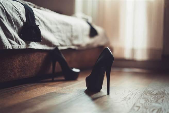 大陸一名男子為了籌措開火鍋店資金,竟要求17歲女友下海賣淫,並由他親自送到性交易地點。(示意圖/達志影像)