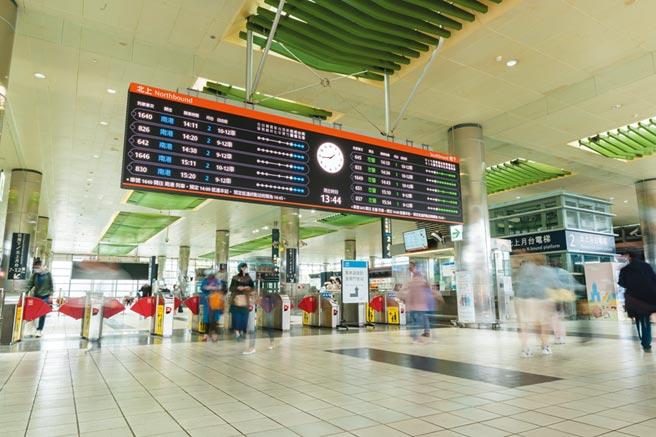 台灣高鐵攜手台達電、凌羣電腦共同打造新一代智慧型「高鐵旅客資訊系統」,於桃園站率先安裝啟用。圖/台灣高鐵提供
