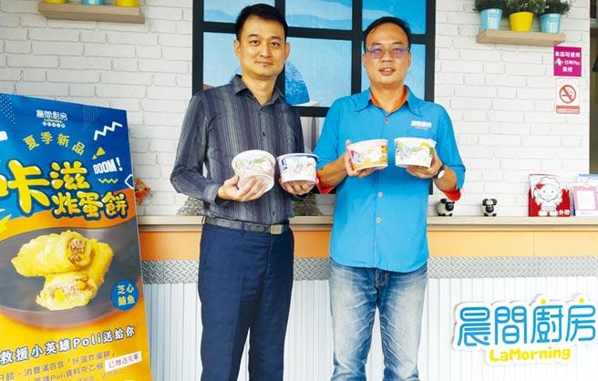 晨間廚房總經理邱明正(左)偕同南區營業部經理黃俊豪(右)推薦晨間廚房冬季新品。圖/黃全興