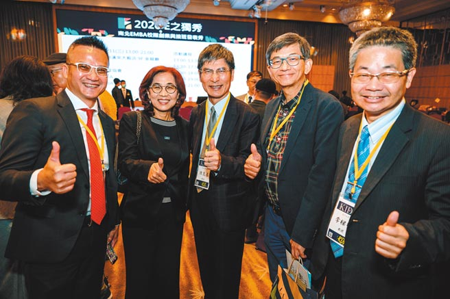 高雄市產業發展協會理事長謝育仁(左一)表示,E之獨秀提供新創團隊及接班者一個交流的平台。圖/高雄市產業發展協會提供