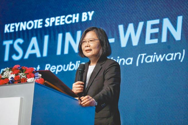 RCEP完成簽署,業界擔心台灣被邊緣化,蔡英文總統昨表示,政府早已超前部署,短期影響有限。圖為她17日出席台北市美國商會會員大會。(總統府提供)
