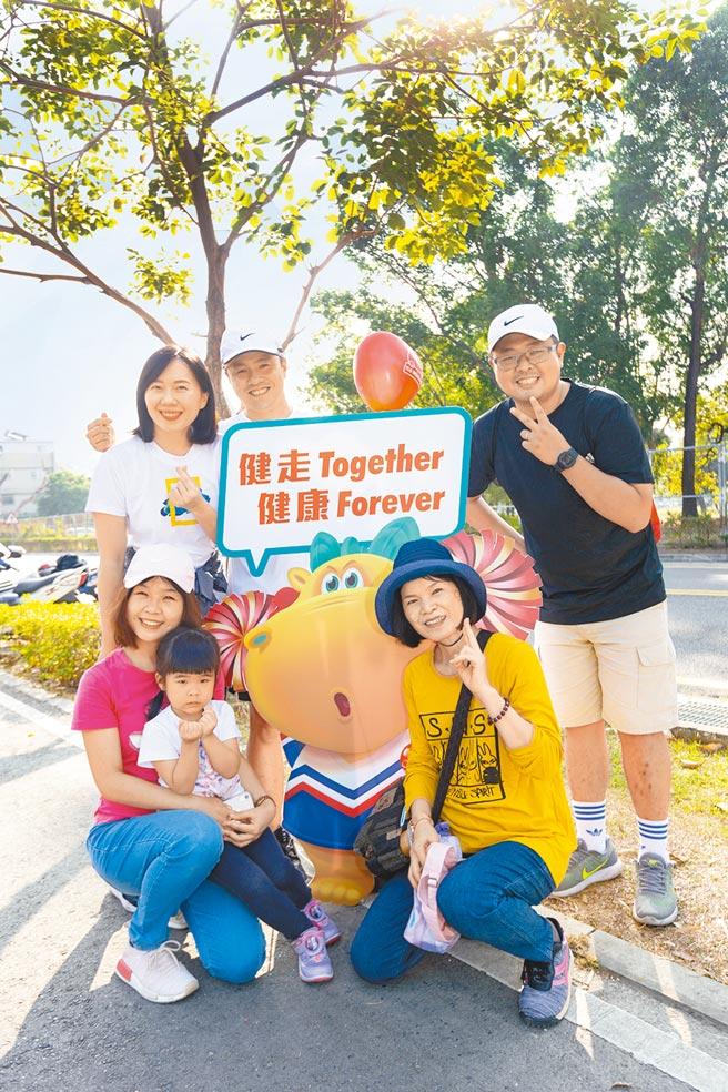 台灣人壽祖孫三代家庭健走活動,今年因應疫情改為線上活動。(台壽提供)