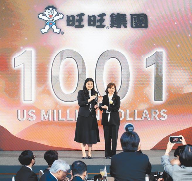 2020台灣25大國際品牌發表會17日登場,獲選企業已成為品牌價值的風向關鍵指標,旺旺集團奪下第3名殊榮,經濟部工業局主祕陳佩利(左)把獎座頒贈給旺旺宜蘭食品副總經理黃淑楨(右)。(范揚光攝)