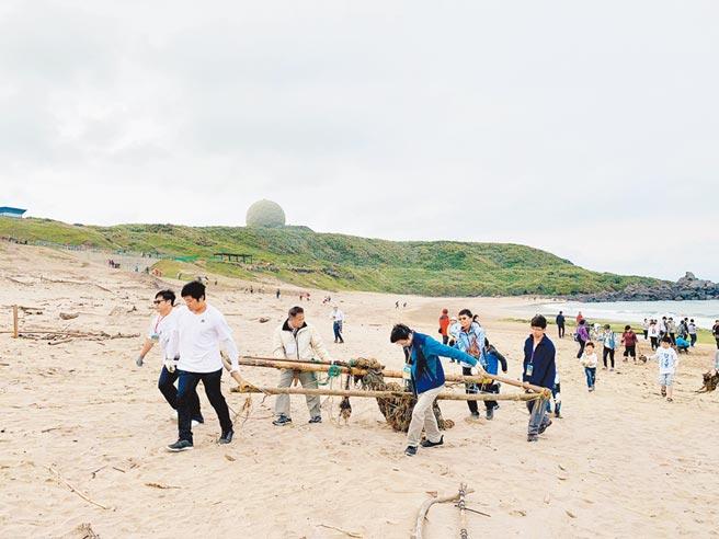 Home Run Taiwan帶著粉絲前往海邊淨灘。(中信金控提供)