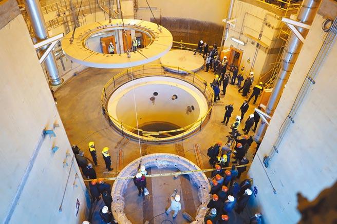 位於伊朗中部阿拉克(Arak)的重水式核子反應爐,其中的第二迴路去年底開始運作。(美聯社)