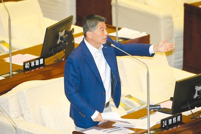 台北市長柯文哲17日赴議會接受市政總質詢,議員陳炳甫(見圖)親自出席與多位議員聯合質詢。(杜宜諳攝)