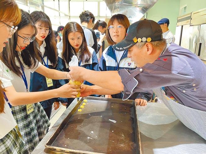職業英語體驗營帶領同學從製作烘焙課程中學習專業的烘焙術語。(教育局提供/戴上容新北傳真)