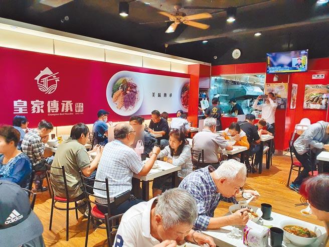 「皇家傳承」新海總店17日中午用餐時段仍湧入不少人潮,平均候位約需20分鐘。(葉書宏攝)