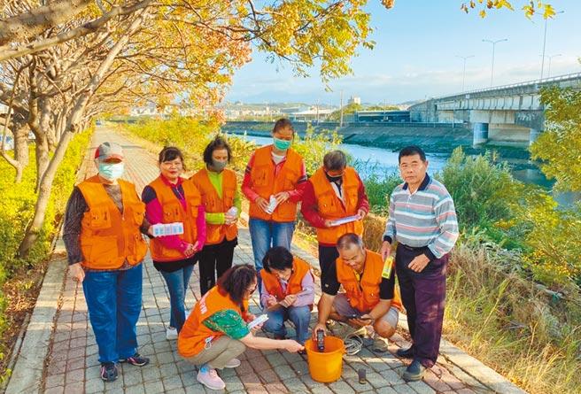 新竹市水環境巡守隊使用手持式感測器提高查緝效率,即時查知水質狀況。(陳育賢攝)