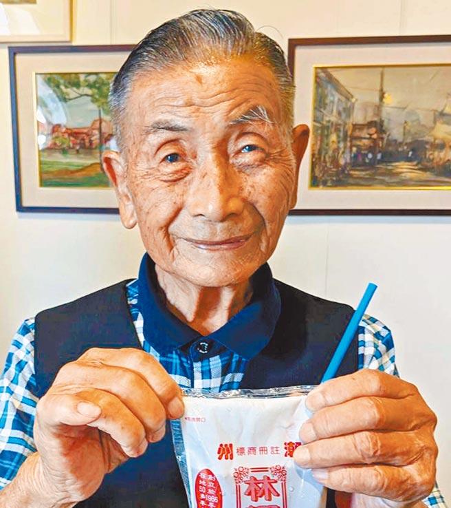 「林耀輝草茶」創辦人林耀輝今年高齡90歲,他賣草茶已50多年,1袋草茶只賣10元,30多年來不曾漲價,非常佛心。(潘建志攝)