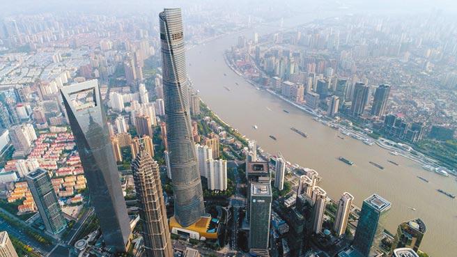 以上海为龙头的长江经济带,足以平衡南亚对西藏的辐射。图为上海陆家嘴。 (新华社)