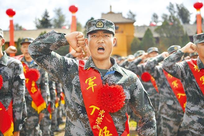 大陸雲南省新兵出征儀式,1300名新兵代表宣誓入伍。(中新社資料照片)