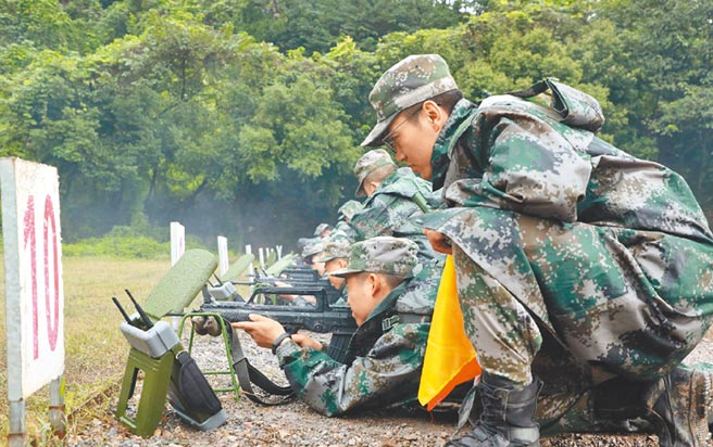 西部地區是大陸徵兵重點。圖為近日,解放軍西藏軍區新兵進行入伍後的第一次實彈射擊訓練。(取自微博@高原戰士)