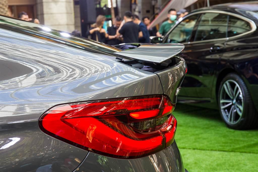 車尾搭載主動式尾翼,可於時速達到120km/h時主動升起,強化高速穩定性。
