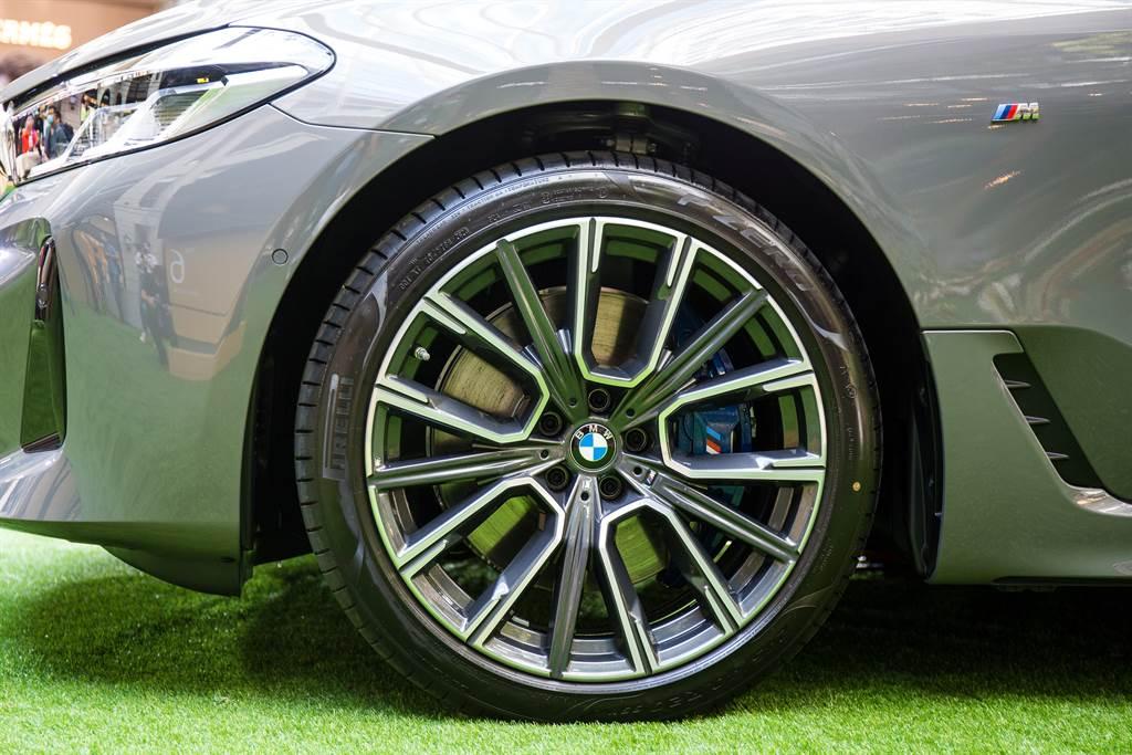 標配19吋M款輪圈及藍色煞車卡鉗。