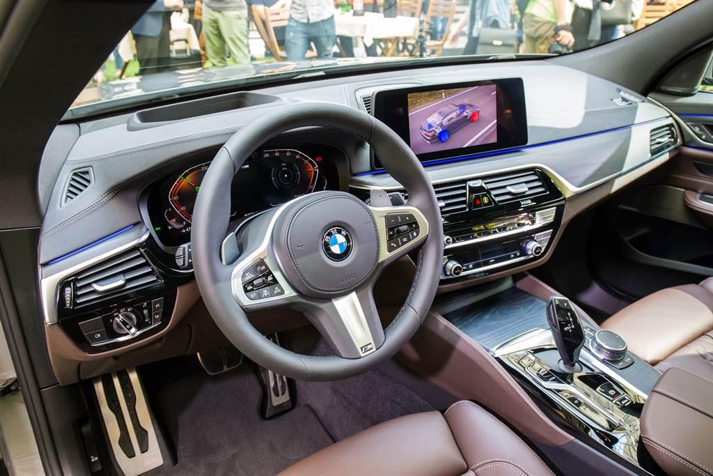 車室內裝以駕駛導向設計,加上精緻木紋飾板與皮質包覆儀表台。