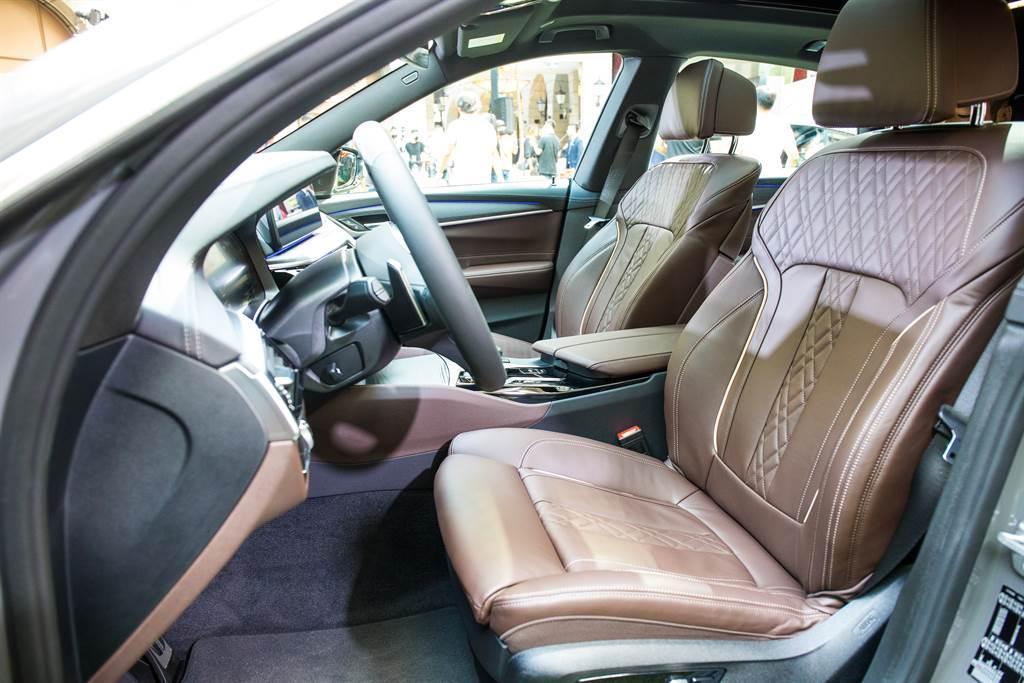座椅採高級Nappa材質,打造豪華舒適的車室空間。