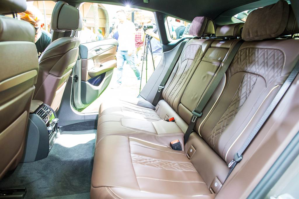 源自7系列的底盤造就寬敞舒適的乘坐空間。