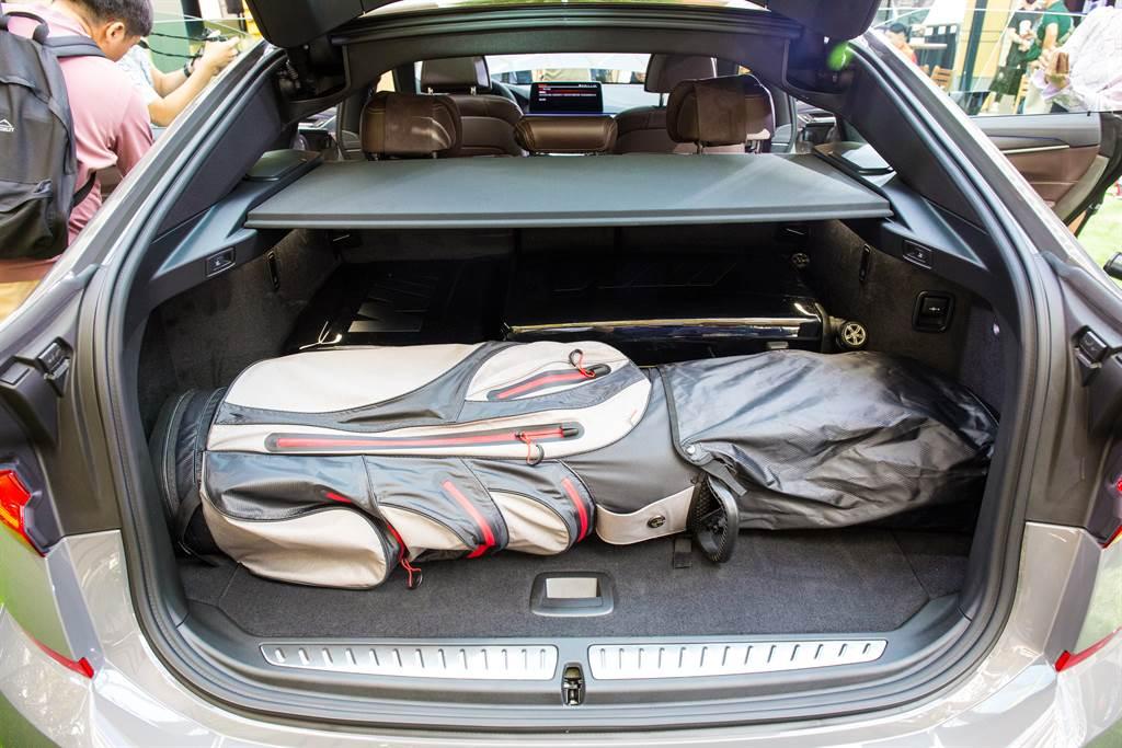 行李廂在標準模式下,就能放下一組高爾夫球具及20吋登機箱。