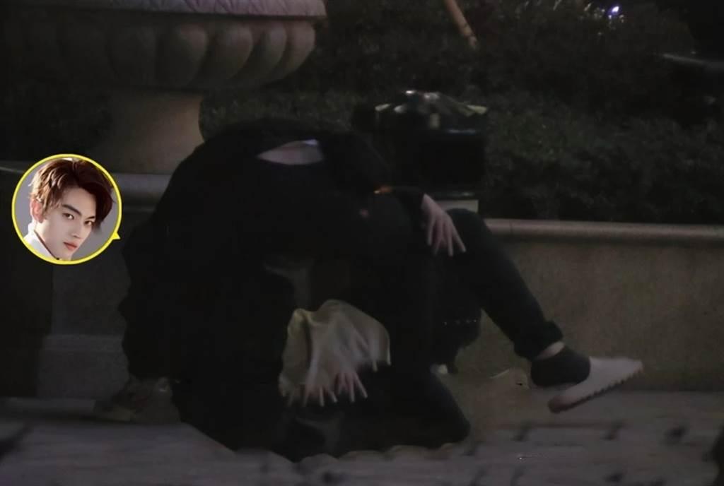 許凱醉倒在路邊。(圖/翻攝自微博)