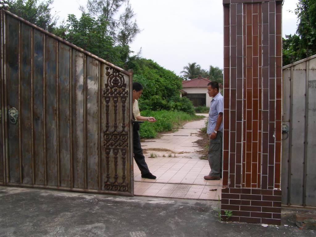 2006年8月9日,洪若潭宅關閉五年後開放讓媒體進入拍照,畫面中鐵門早已生鏽。(中時資料照,圖/楊秀員攝)
