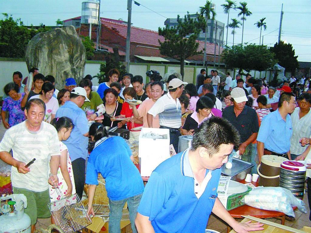 2007年李姓退休醫生買下洪若潭宅,更辦起中秋烤肉趴欲破除迷信,當時民眾領取烤肉用具與材料很踴躍。(中時資料照,圖/楊秀員攝)