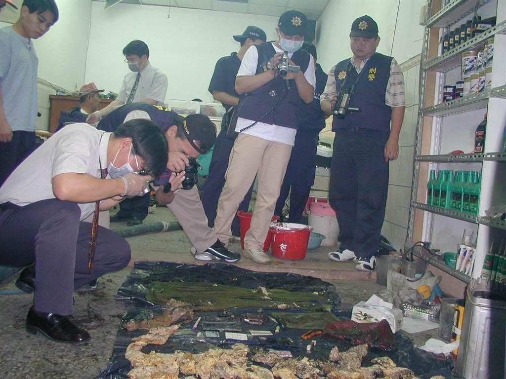 2004年從兇嫌陳金火居家化糞池取出的大批物證,警方忙著一一拍照存證。(中時資料照,圖/吳進昌攝)