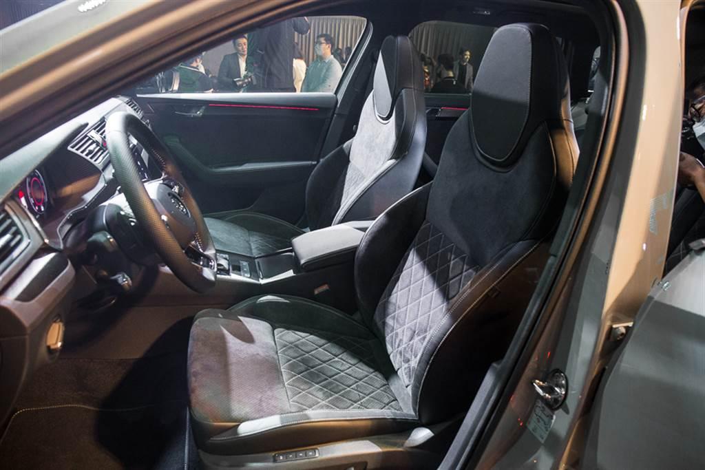 Sportline/SportPlus車型採用一體式桶型座椅,並搭配麂皮材質,強調運動氛圍。