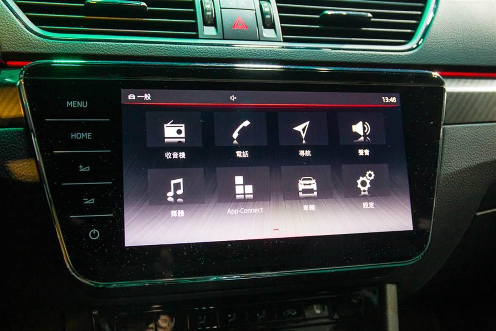 中控主機標配9.2吋大螢幕,並採用CNS 3.0系統,直覺式操作使用更加順手。
