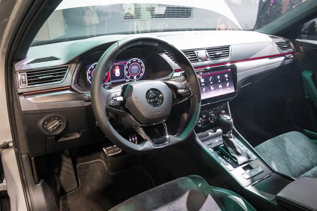 車室標配環艙十色氛圍燈,增添豪華氣息。