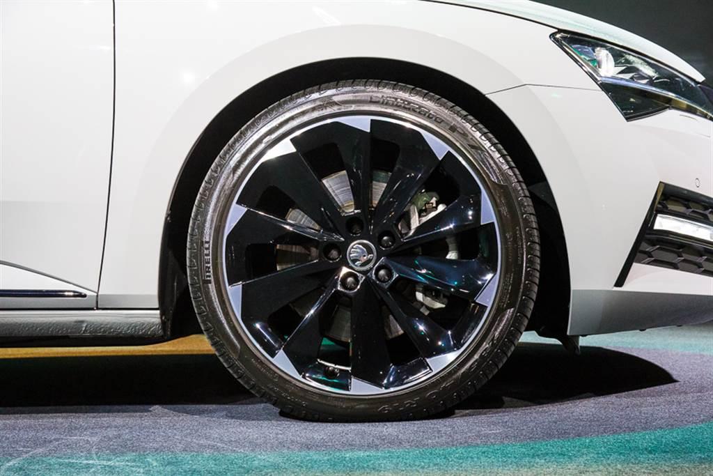 SportPlus車型之輪圈搭配19吋雙色鋁圈,造型相當吸睛。