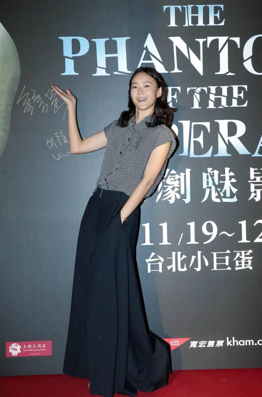 锺瑶开心欣赏到场演出。(卢祎祺摄)