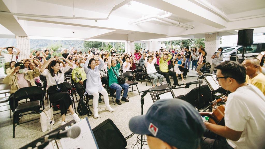 金曲歌王謝銘祐攜手信義公益基金會部落開唱,現場銀髮如癡如醉。圖/信義提供