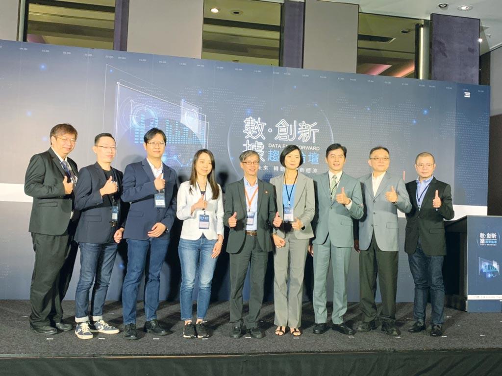 經濟部工業局組長林俊秀(左五)與貴賓共同合影。圖/簡立宗
