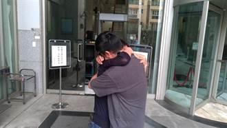 王定宇邱姓助理涉販毒30萬交保 限制出境 步出法院與母相擁痛哭