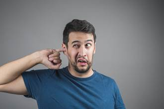男耳朵突發癢、劇痛 飄出難聞異味 醫一看:痔瘡惹禍