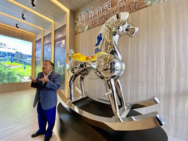 藝術家廖迎晰創作的「國王的坐騎」,展現力與美的線條,作品呈現宋代青花瓷紋飾,馬背大花布,象徵融合與馳騁,永保赤子之心。(盧金足攝)