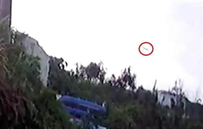 10月29日,飛官朱冠甍駕F5-E戰機殉職,墜海前畫面曝光。(民眾提供)