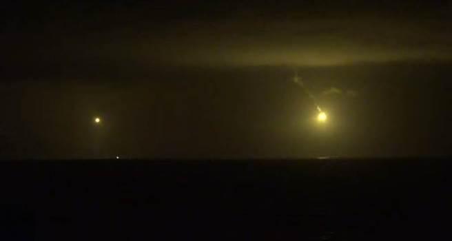 空C-130運輸機連夜投放派照明彈,全力搜尋墜海的F-16戰機與飛行員。(臉書社團《花蓮爆料王》/蘇育宣翻攝)