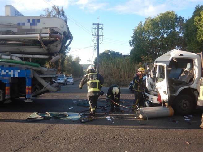 滿載瓦斯鋼瓶的大貨車追撞混凝土泵浦車,擋風玻璃碎裂,車頭嚴重變形,沈姓駕駛骨折受困車內。(民眾提供/王文吉台中傳真)