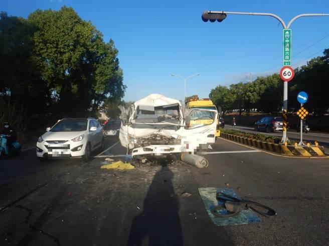 滿載鋼瓶的瓦斯車追撞混凝土泵浦車,劇烈撞擊拋飛7支鋼瓶,警方指出均為空瓶,幸未釀成氣爆。(民眾提供/王文吉台中傳真)