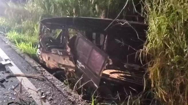 台東縣卑南鄉台9線明峰村,在 19日凌晨3時許,發生2輛小客車對撞翻覆事故。(蔡旻妤攝)