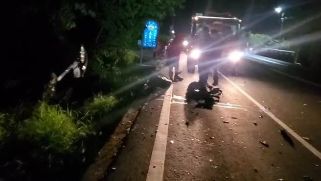 台東縣卑南鄉台9線明峰村,在 19日凌晨3時許,發生2輛小客車對撞翻覆事故。消防隊表示,由於天色昏暗,一開始僅發現自行脫困的57歲男性駕駛,經詢問傷者後才知道有另1輛轎車翻覆到公路旁草叢裡,及時救出受困車內的33歲駕駛。(蔡旻妤攝)
