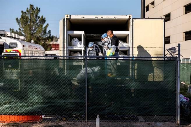 美國新冠肺炎疫情死亡人數於18日突破25萬人,新冠死亡時間快轉,每1分鐘就有至少1人喪命,疫情嚴峻的德州艾爾帕索(El Paso)還得動用10台冷藏貨車充當行動停屍間,讓囚犯充當屍體搬運工。(圖/路透社)