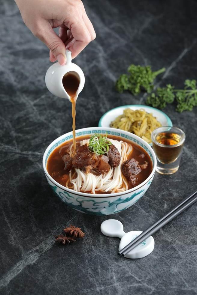 (Green&Safe攜手名廚陳嵐舒,推出6款聯名冷凍即食包,其中包括威士忌紅燒牛肉麵。圖/GREEN & SAFE提供)