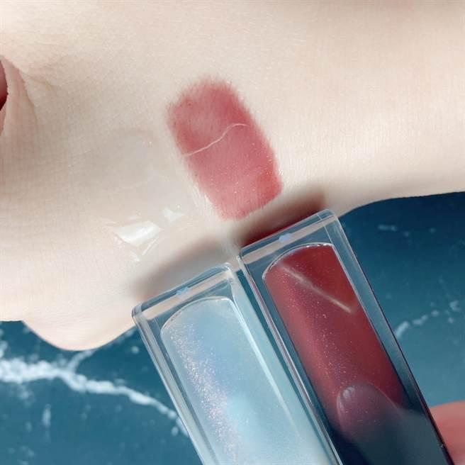 Za玩色極潤護唇蜜共有兩款色調,天空藍色調象徵純淨無邪的白天使,暗夜紅色調象徵慾望心機的小惡魔。(圖/邱映慈攝影)