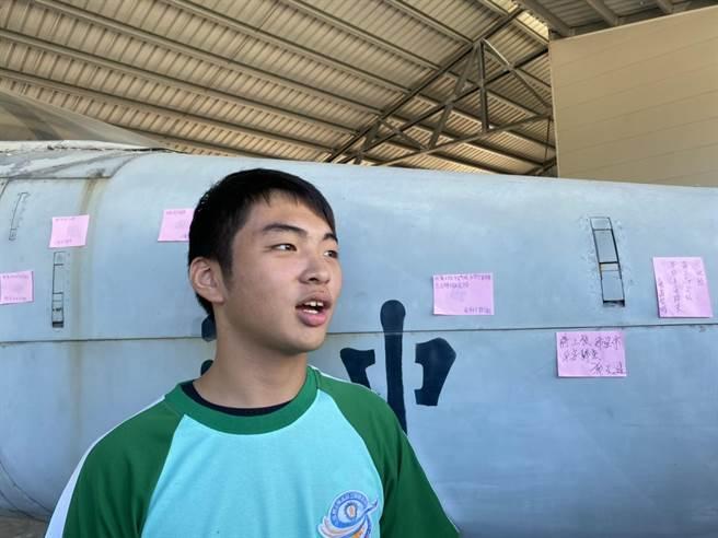二年級學生郭淳毅對於此次意外感到非常難過,寫上「祝蔣上校平安回來,台灣空軍需要您」希望能早日有好消息。(羅亦晽攝)
