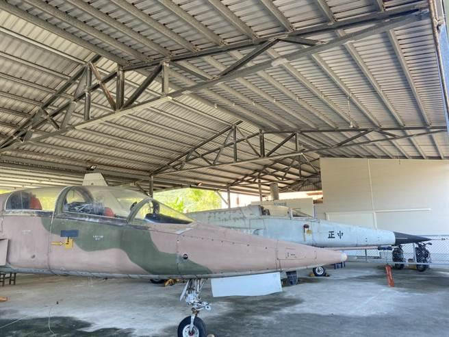 花蓮上騰工商曾獲空軍捐贈除役戰機F-5E、F-5B、F-104共3架供教學使用,其中F-5E(右)、F-5B(左)來自第五聯隊。(羅亦晽攝)