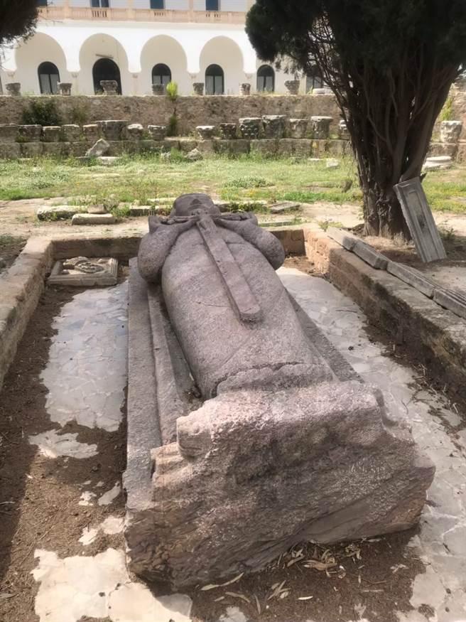 路易九世的棺木。(圖/徐峰堯提供)