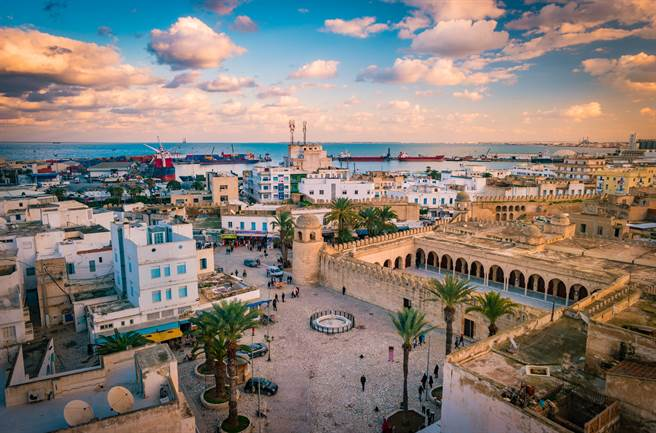 茉莉花、沙漠、海洋、羅馬與伊斯蘭,這些看似毫不相關的元素,卻是組成突尼西亞的重要因子。(圖/shutterstock)